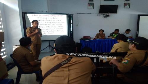 Ket foto : Daut Sembiring, SSTP, MSP Kepala Bagian organisasi Setda Kab. Karo saat memberikan pemaparan di Aula Kantor Camat Tigapanah Kabupaten Karo, Senin (10/06) 2019