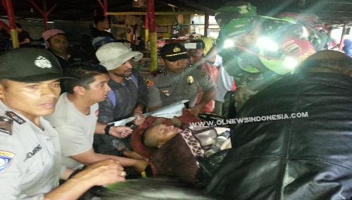 Ket foto : Kapolsek Simpang Empat Iptu Dedy Ginting saat mengangkat korban untuk di Evakuasi ke Rumah sakit, Rabu (12/06) 2019