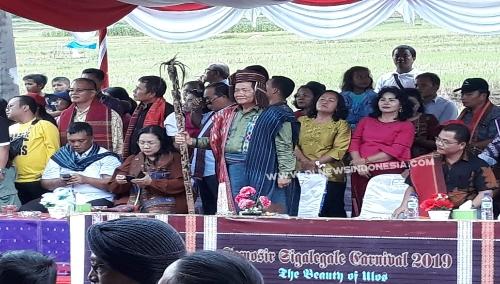Foto : Bupati Samosir, Drs.Rapidin Simbolon MM (pegang tongkat), disela event Carnaval Sigalegale di desa Garoga kecamatan Simanindo