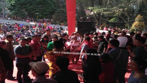 Ket foto :  Wakil Bupati Karo (baju Hijau)  saat memberikan hadiah kepada pemenang Festival Bunga dan Buah 2019 di Open Stage Taman Mejuah-Juah Berastagi, Minggu (07/07) 2019