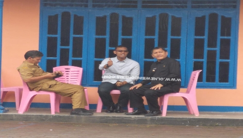 Ket foto : Bupati Karo Terkelin Brahmana SH bersama Tim Monev Kolonel Inf Yufti Senjaya duduk mendiami Kantor Eks Perairan Provsu, Selasa (09/07) 2019 di Kabanjahe