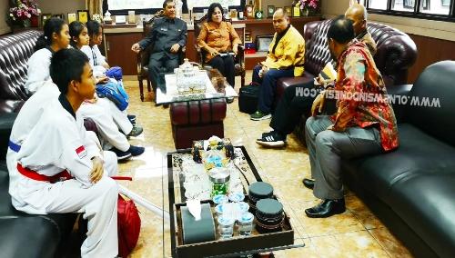 Ket foto : Bupati dan Wakil Bupati Karo saat menjamu Pengurus dan Atlit Ready  Club Karo di ruang kerja Bupati Karo pada Kamis (11/07) 2019