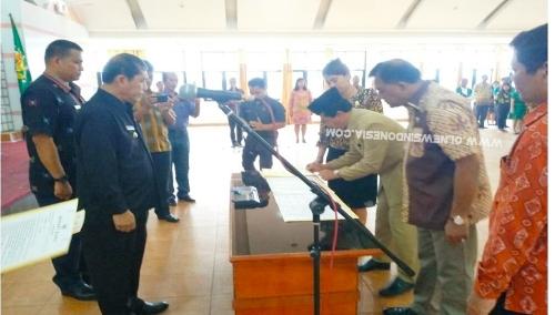 Ket foto  : Bupati Karo Terkelin Brahmana SH menyaksikan penandatanganan fakta integritas dalam pelantikan Eselon II  dilingkungan Pemkab Karo bertempat di Aula Kantor Bupati Karo Kabanjahe, Jumat (12/07) 2019