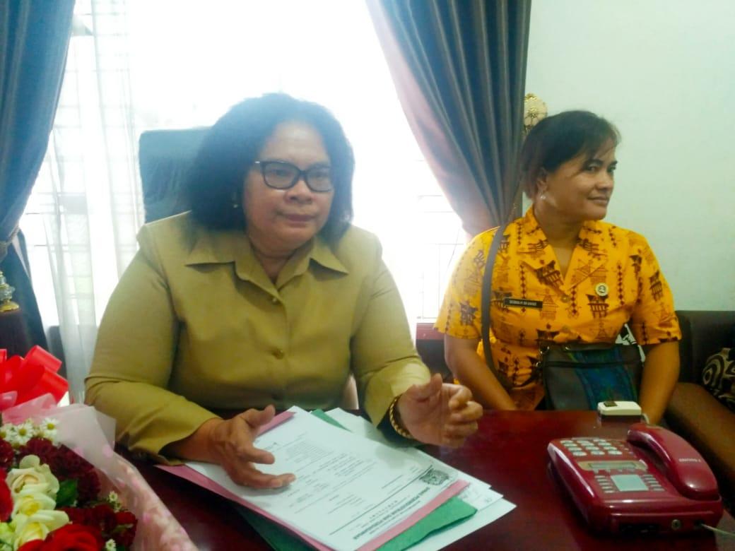 Ket foto  : Almina Bangun didampingi Kabid Debora Barus SH  saat di konfirmasi oleh awak media di ruang kerjanya, Jumat (12/07) 2019