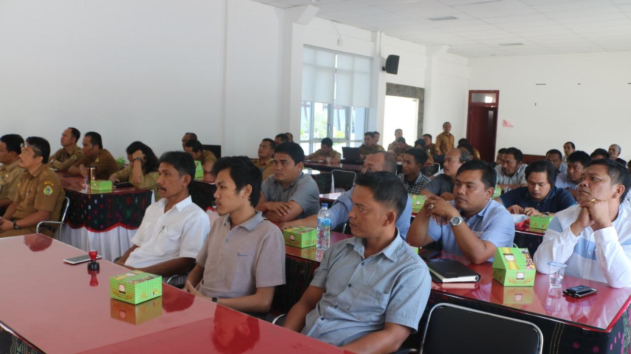 Foto : 19 pemenang paket pekerjaan di Dinas PUPR Kab. Samosir tahun 2019, menandatanganai pakta integritas yang disaksikan oleh Bupati dan wakil Bupati Samosir, bertempat di Aula Kantor Bupati Samosir, Senin (15/7)