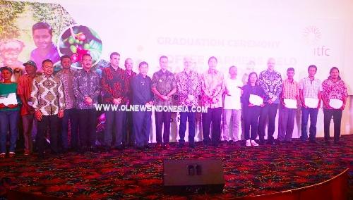 Ket foto  : ITFC bersama Wagubsu Musa Rajeksah didampingi Bupati Karo Terkelin Brahmana, foto bersama para penggiat petani Kopi yang menerima penghargaan sertifikat, dari perwakilan 5 orang Kab . Dairi dan 5 orang dari Kab . Karo.