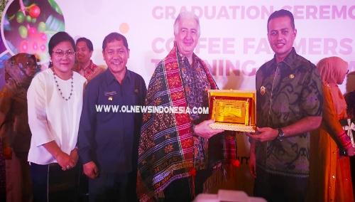 Ket foto  : Wagubsu Musa Rajeksah memberikan Cindramata kepada pihak ITFC  Selasa (16/07) 2019
