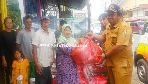 Ket foto  : Pemkab Karo menyerahkan bantuan sosial kepada keluarga korban musibah kebakaran di Jalan Kapten Selamat Ketaren Kabanjahe,Selasa (16/07) 2019
