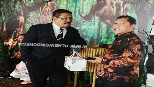 Ket foto : Bupati Karo Terkelin Brahmana SH bersama Anggota DPD RI Parlindungan Purba SH saat bertemu Di Medan terkait pembahasan Sister City beberapa hari lalu.
