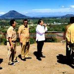 Bupati Karo Terkelin Brahmana didampingi sejumlah OPD meninjau lahan pembangunan Huntap tahap III disaksikan oleh Abed Nego Tarigan Staf Kepresidenan, Senin (05/08) 2019.