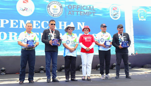 Sesaat Setelah Penerimaan Sertifikat Guiness World Records Berfoto Bersama Dengan Gubernur Sulut Olly Dondokambey (kedua Dari Kiri) dan Kapolri Jenderal Polisi Tito Karnavian (Ketiga Dari Kiri)