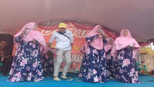 Toton Sultoni Kepala Desa Salapraya ( tengah pake topi) saat mendampingi warganya lomba Qosidah