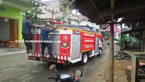Ket foto  : Damkar milik Pemkab Karo saat mencari titik lokasi Api,ke dusun Teknol Sempajaya Berastagi, Rabu (21/08) 2019