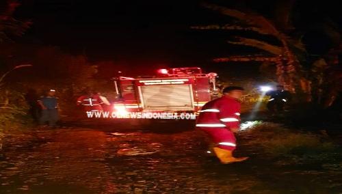 Ket foto : Rumah Adat Siwaluh Jabu yang terbakar saat Damkar milik Pemkab Karo melakukan pemadaman dini hari tadi, Sabtu (24/08) 2019 di Desa Suka Maju Kecamatan Tigapanah Kabupaten Karo