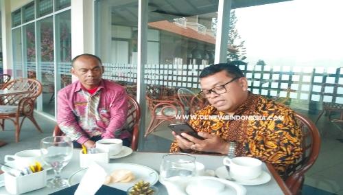 Ket foto  : Dari kiri ( Syahriadi EAM), GM Sinabung Hills Ferensus Pasaribu saat di konfirmasi crew Olnewsindonesia di Lobbi Hotel Sinabung Hills Berastagi ,Jumat (23708) 2019