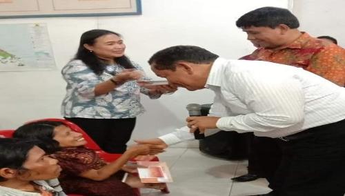Foto : Bupati Samosir, Drs.Rapidin Simbolon MM (kemeja putih) dan Wakil Bupati Samosir, Ir.Juang Sinaga (kemeja batik), memberikan langsung tabungan bantuan sosial kepada penyandang Disabilitas, Jum'at (23/8) di Aula Kantor Camat Simanindo.