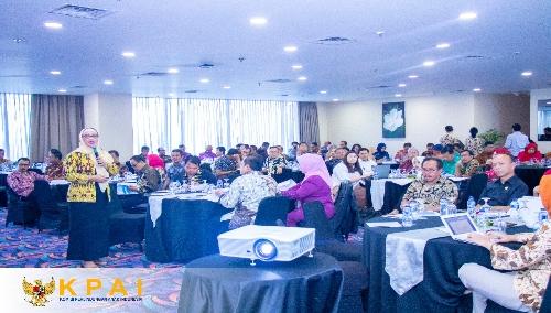 Foto : Retno Listyarti, Komisioner KPAI Bidang Pendidikan (Batik Kuning), disela Rakornas membahas permasalahan PPDB Sistem Zonasi, Jakarta.