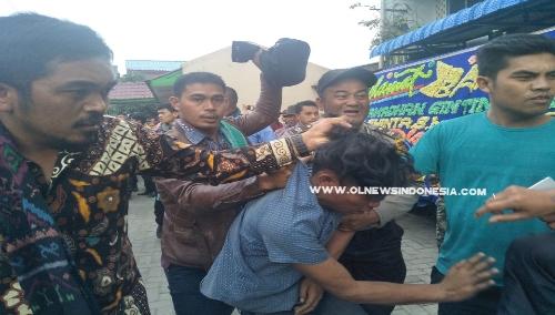 Ket foto : Daniel Situmorang pelaku penjambretan saat diamankan warga dan Polisi dari dalam Toilet di Jambur Taras Berastagi Kamis (12/09) 2019.