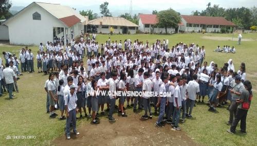Ket foto : Ratusan Siswa SMA Negeri 1 Tiganderket melakukan orasi di halaman Sekolah terkait dana BOS, Senin (16/09) 2019
