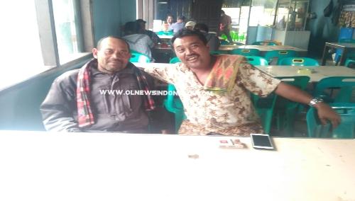 Ket foto  : Kepala Desa Dolatrayat  Abdi Sembiring (baju coklat)  dan Tokoh Masyarakat Desa Dolatrayat  Hendrianto Serang (baju hitam) saat menyampaikan keluh kesah nya ke wartawan Olnewsindonesia.com, di Berastagi, Senin (23/09) 2019