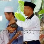 Pejabat Kepala Desa Cipeucang, Subur, saat memberikan santunan kepada anak yatim piatu