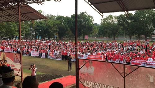 Para Peserta Parade Berkumpul Di Lapangan KONI Sario