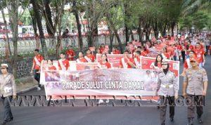 Tampak Peserta Parade Melintas Di Jalan Raya Kota Manado