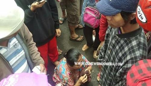 Ket foto  : Terduga pelaku pencopetan di pusat pasar Berastagi, Kamis Siang (03/10) 2019 saat di kerumuni warga.