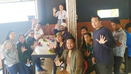 Ket foto : Ketua dan Sekretaris bersama Pengurus PC PMS Kabanjahe lainnya berfose dengan salam lima jari sebagai simbol PMS (Pemuda Merga Silima) saat Berbincang bincang dengan pemuda - pemuda Karo di Kabanjahe Kabupaten Karo, Selasa (08/10)2019.
