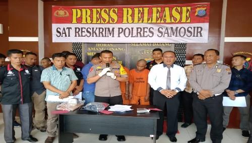 foto : Kapolres Samosir, AKBP.M Saleh (tengah) bersama Kasat Reskrim, AKP.Jonser Banjarnahor (kemeja putih) dan jajarannya menggelar press release pengungkapan kasus curanmor dan pencurian di wilkum Polres Samosir, Selasa (8/10)