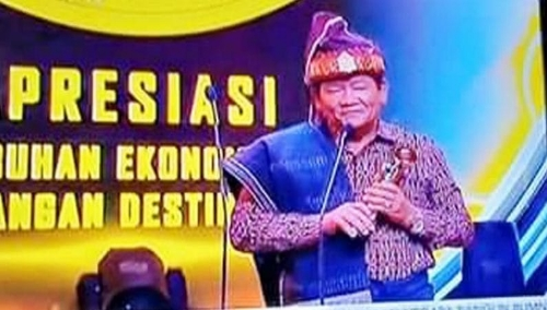Foto : Pemerintah Kabupaten Samosir, Sumatera Utara melalui Bupati Samosir, Drs.Rapidin Simbolon MM, menerima piala Indonesia Award 2019, bidang Pengembangan Destinasi Wisata,
