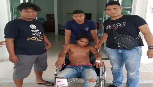 foto : Salah satu pelaku curanmor yang ditembak Satreskrim Polres Samosir, mendapatkan perawatan medis di RSUD dr.Hadrianus Sinaga, Pangururan, Minggu (6/10)