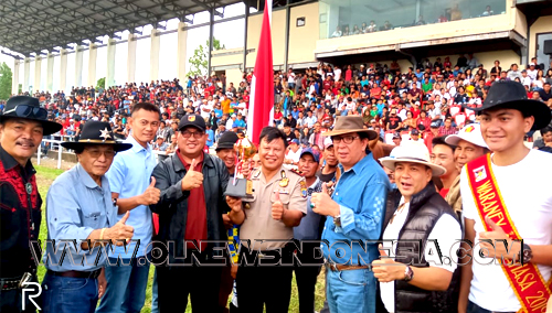 Penyerahan Piala Wakil Bupati Minahasa kepada juara I kelas Derby jarak 1400 meter