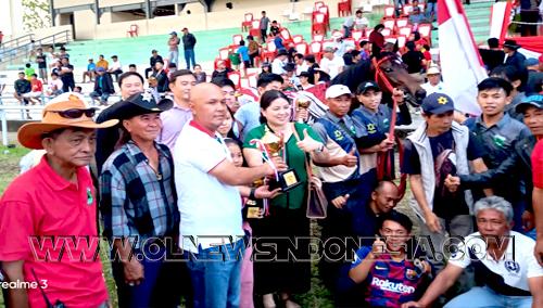 Penyerahan Piala Bupati Minahasa untuk Juara I kelas 1600 meter
