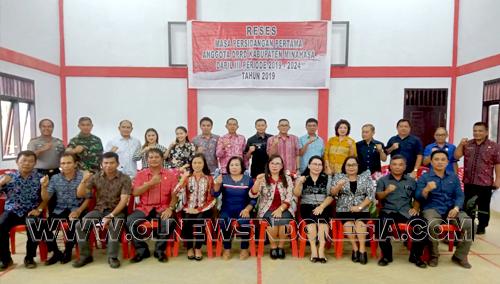 Sesi foto bersama para Anggota DPRD Kab Minahasa, Forum Komunikasi Pimpinan Kecamatan ( Camat, Koramil, Polsek), seluruh Kepala Desa se Tompaso Raya