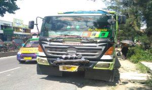 Ket foto  : Angkot dan Truck Fuso yang ber senggolan di Jalan Jamin Ginting Kabanjahe, Kamis (07/11) 2019 (Ist)