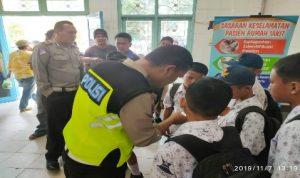 Ket foto : Personil Lantas Polres Tanah Karo saat mendata Korban Siswa Sekolah Menengah Pertama di rumah sakit, Kamis (01/11) 2019 (Ist).