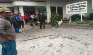 Ket foto : Gundukan sisa pembakaran sampah yang masih panas tempat kaki Anak laki-laki tersebut Terpanggang, Kamis (07/11)2019 (Ist)