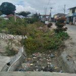 Ket foto : Saluran Irigasi yang tidak berfungsi lagi yang melewati di tengah pemukiman warga sudah tampak ditumbuhi rumput ilalang,Rabu (20/11) 2019 (Ist).