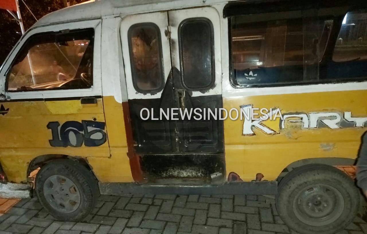 Ket foto  : Mobil angkot yang digunakan tersangka untuk mengangkut Hasil curian nya saat ini sudah diamankan petugas di Polsekta Berastagi, Senin (25/11) 2019 (Ist)
