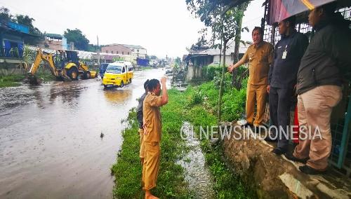Ket foto : Bupati Karo Terkelin Brahmana, SH tampak memberikan pengarahan ke jajaran-nya serta mengawasi alat berat excavator milik Pemda menormalisasi parit untuk mengurangi kebanjiran di jalan Nasional Desa Raya Kec.Berastagi Kabupaten Karo, Selasa (03/12) 2019 (Ist).