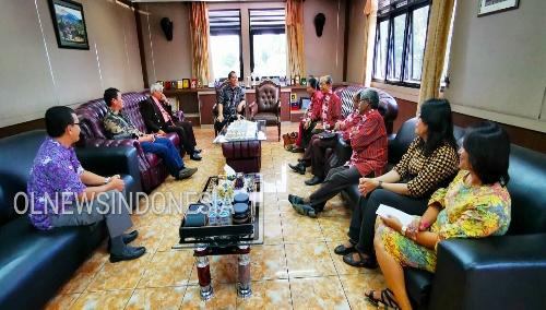 Ket foto : Bupati Karo Terkelin Brahmana SH terima kehadiran panitia Natal untuk beraudiensi di kantor Bupati Karo Kabanjahe, Jumat (06/12) 2019 (Ist)