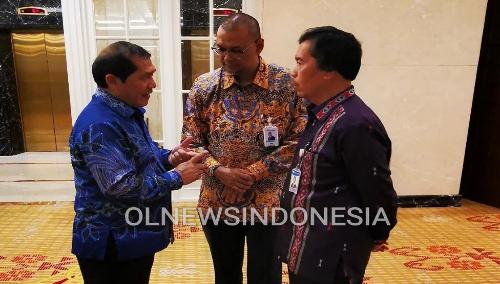 Ket foto  : Bupati Karo tampak Berbincang serius bersama jajaran Bank saat di diacara pertemuan tahunan Bank Indonesia di Medan, Rabu (04/12) 2019 (Ist)