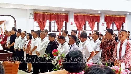 """Panitia yg dilantik berdiri dihadapan jemaat yg hadir dalam ibadah Minggu pagi jemaat """"Efata"""" Tompaso, Minggu, 12 Januari 2020."""