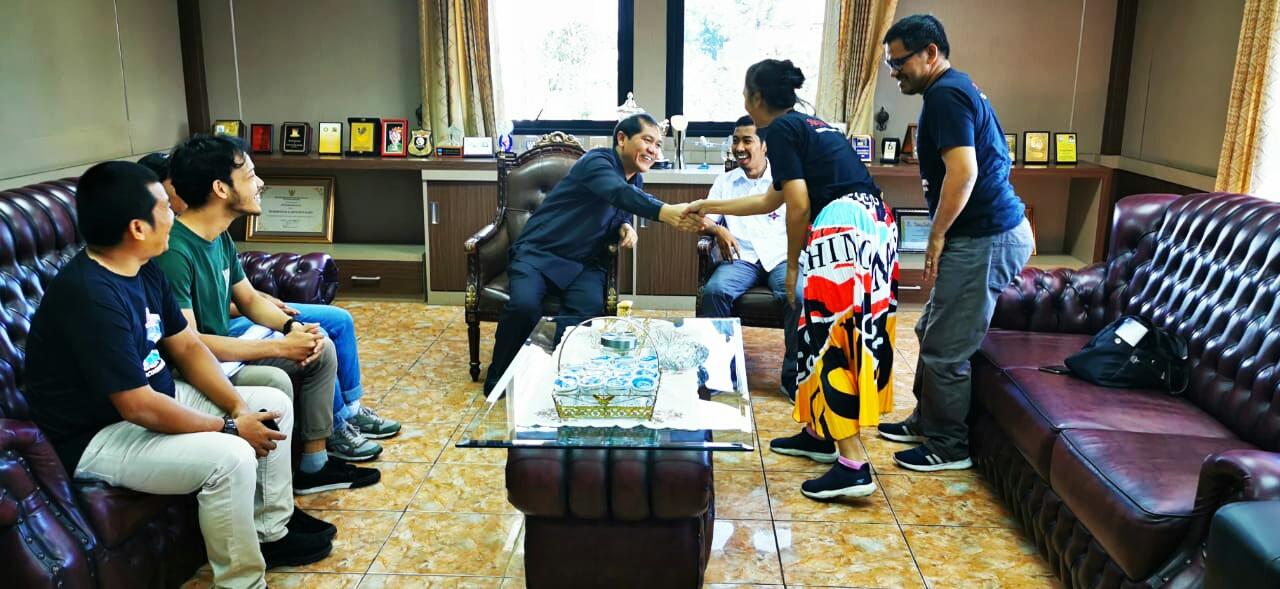 Ket foto : Orang tua, relawan dan pendukung Lyodra Ginting saat menyambangi  Bupati Karo Terkelin Brahmana ke Kantornya di Kabanjahe, Senin (13/01) 2020 (Ist)