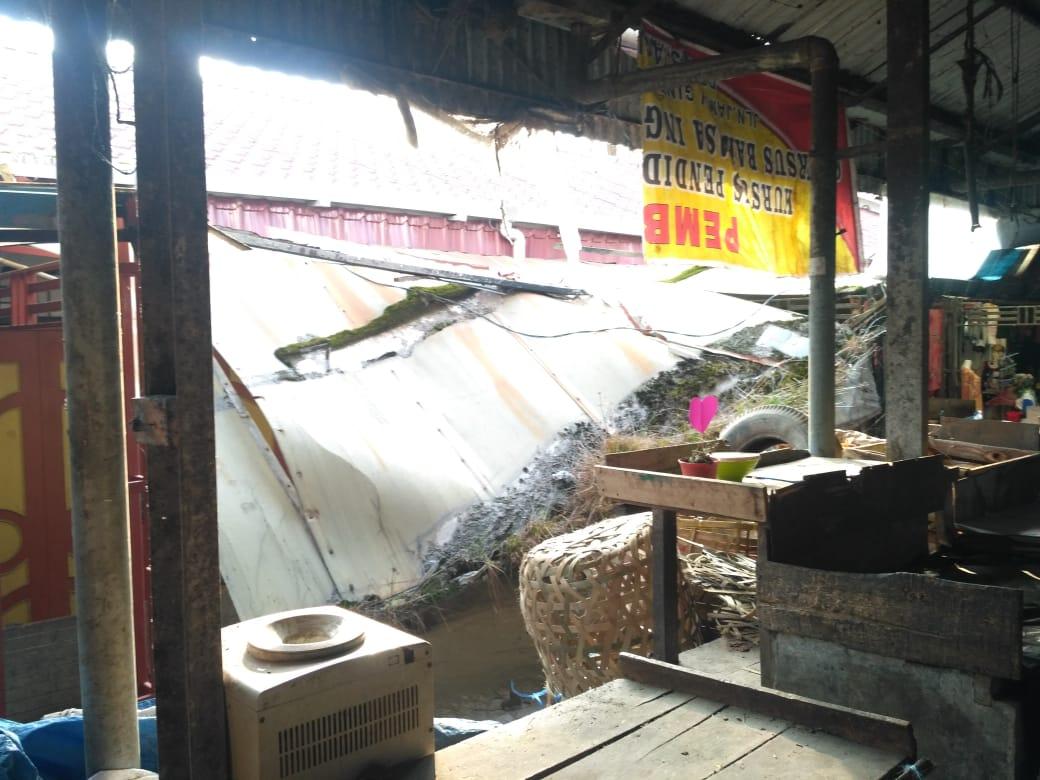 Ket foto : Salah Kanopi Milik Pedagang di Pasar Buat Berastagi Kabupaten Karo yang runtuh beberapa waktu lalu, belum di perbaiki oleh Dinas Terkait, Selasa (14/01) 2020 (Ist)