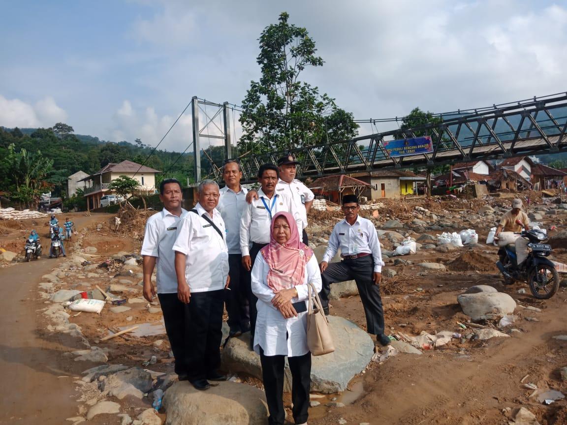 Ket poto : Rombonfan pengurus PGRI, K3S dan Kormin Kecamatan Cisata saat di lokasi