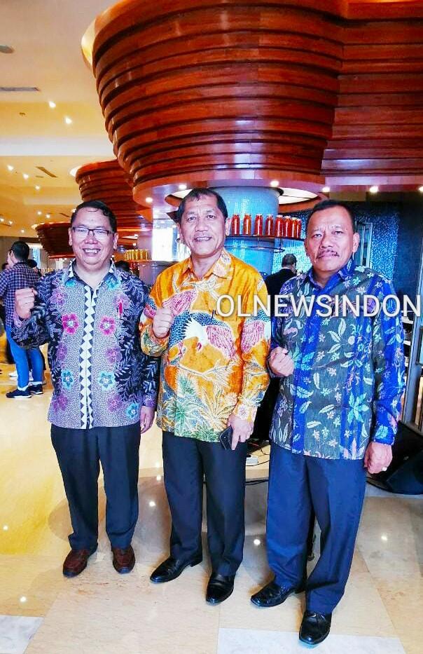 Ket foto  : Bupati Karo Terkelin Brahmana SH didampingi Kepala Dinas Tenagakerja dan Kepala BPJS Ketenagakerjaan cabang Kab Karo saat mengikuti acara Paritrana Award di Jakarta, Selasa (11/02) 2020 (Ist)