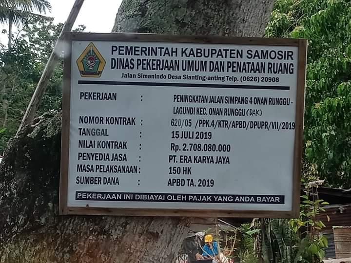 Foto : Plank Proyek Pemerintah Kabupaten Samosir, Sumatera Utara, melalui Dinas PUPR Kab.Samosir (Pekerjaan Umum Dan Penataan Ruang) melakukan peningkatan Jalan Simpang 4 Onan Runggu - Lagundi, Kecamatan Onan Runggu tahun 2019.