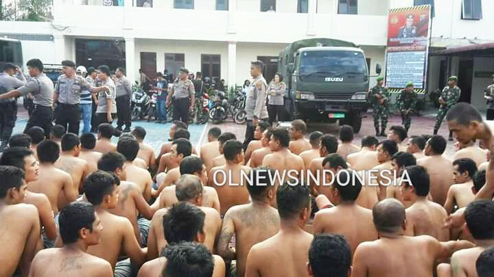 Ket foto : Para Napi /Warga Binaan yang telah di evakuaai oleh Petugas gabungan ke Mapolres Tanah Karo jalan Veteran Kabanjahe, Rabu sore (12/02)2020 (Ist)